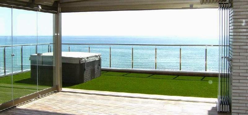 Una terraza multiespacio para disfrutar todo el a o - Cristales para terrazas ...